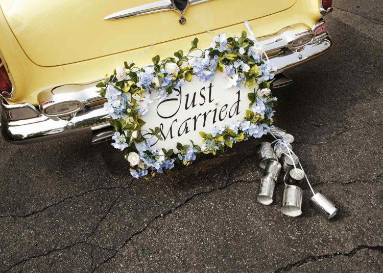 Autofahnen, Schilder und Dosen als Autoschmuck zur Hochzeit