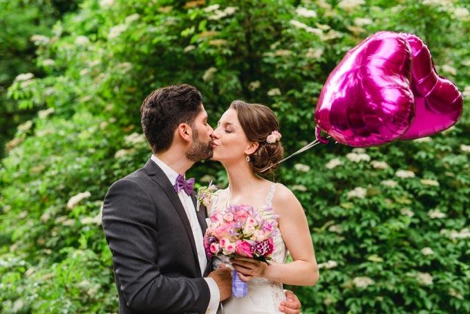 Die standesamtliche Hochzeit von Anna & Daniel in München - Foto vom Brautpaar am küssen