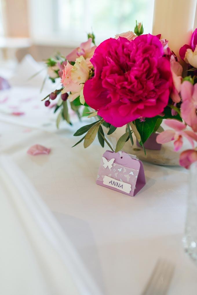 Tischdeko und Namenskärtchen in Lila bei der standesamtlichen Hochzeit von Anna & Daniel in München