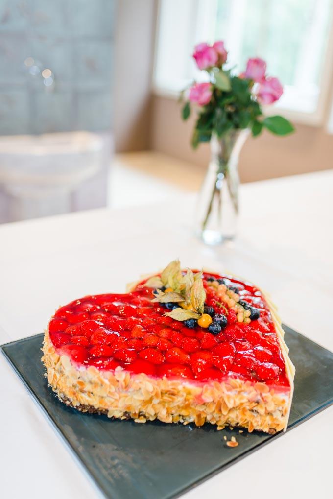 Erdbeer-Herz als Torte/Kuchen bei der standesamtlichen Hochzeit von Anna & Daniel in München