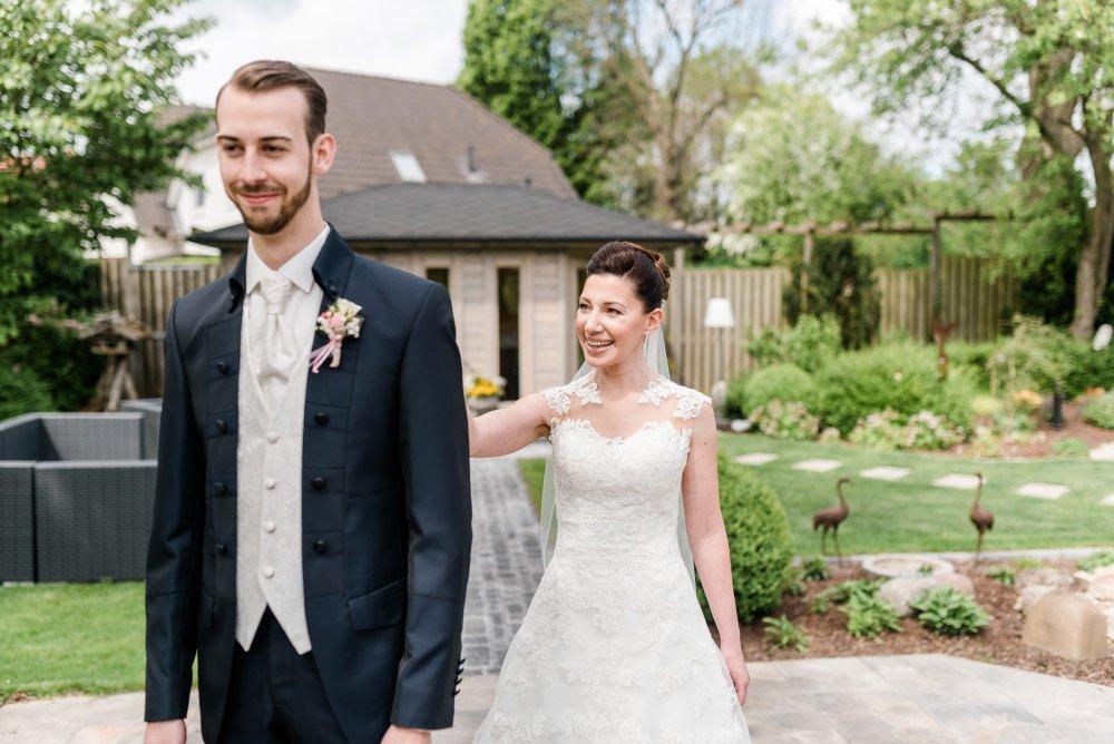 Die kirchliche Hochzeit im kleinen Kreis mit Irena und Lars - Der Moment wenn Braut und Bräutigam zum ersten Mal aufeinander treffen