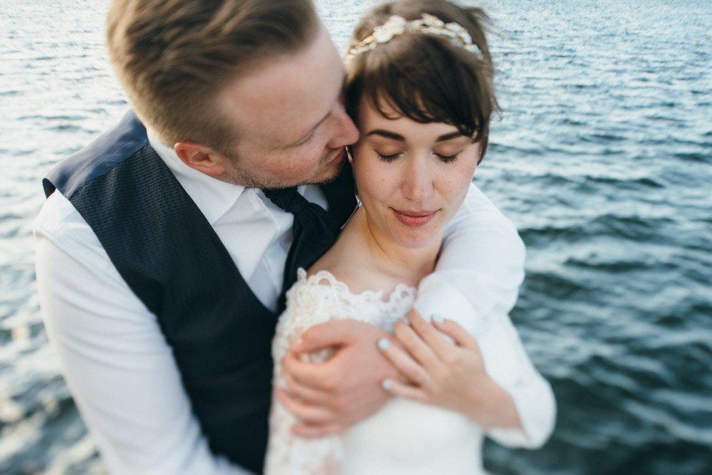 Katrin und Hendrik beim Brautpaar-Fotoshooting am Wasser