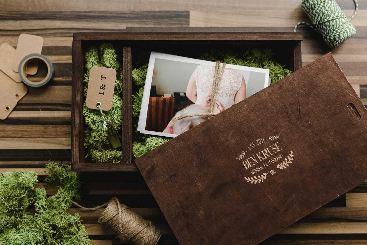 Die Holzbox mit den Fotos von Hochzeitsfotograf Ben Kruse