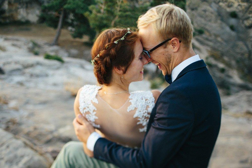Braut sitzt neben Bräutigam