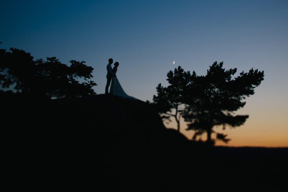 Silhouetten von Braut und Bräutigam in der Nacht