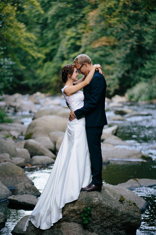 Braut und Bräutigam an einem Fluss