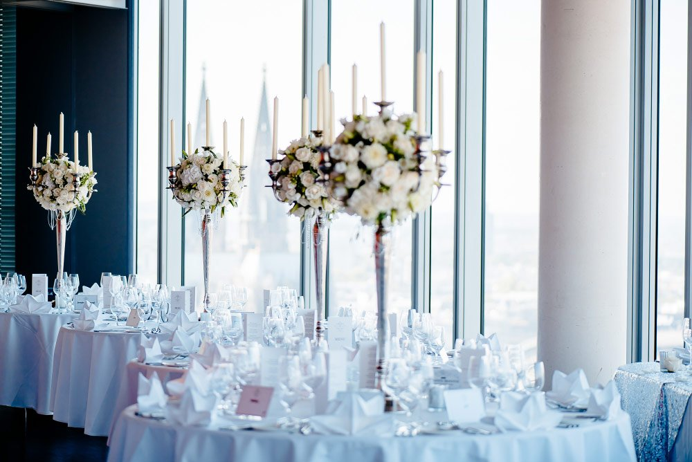 Kerzenständer mit blumen dekorieren