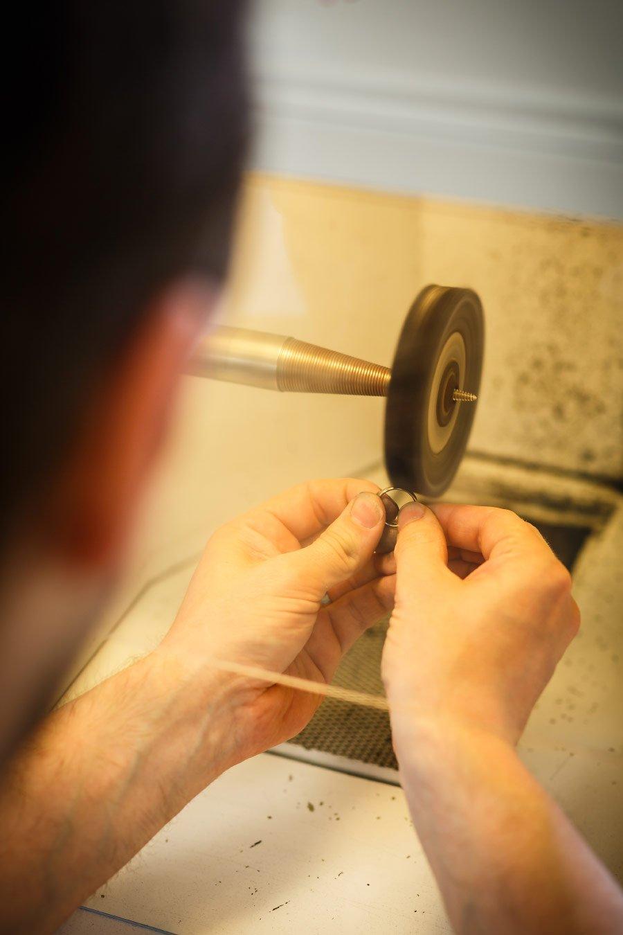 Ringe für die Hochzeit selber schmieden - den Trauring weiter polieren