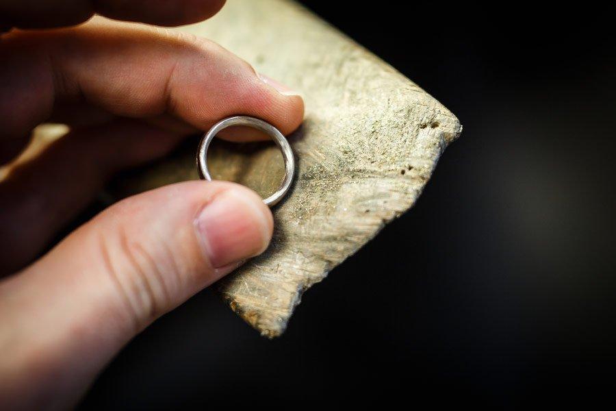 Ringe für die Hochzeit selber schmieden - der fast fertige Ring