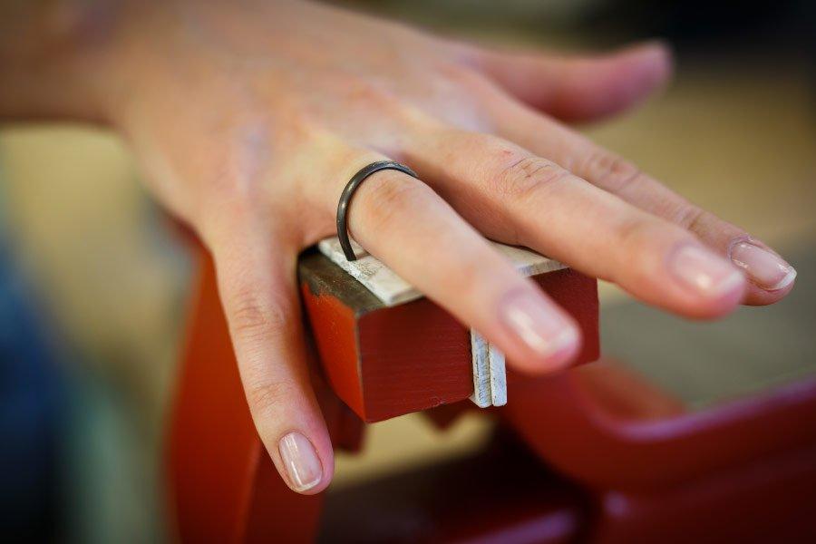 Ringe für die Hochzeit selber schmieden - die erste Anprobe am Finger
