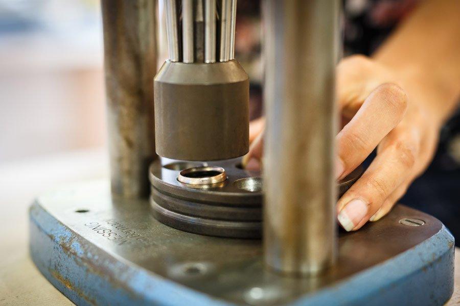 Ringe für die Hochzeit selber schmieden - in der Stanzform die Größe anpassen