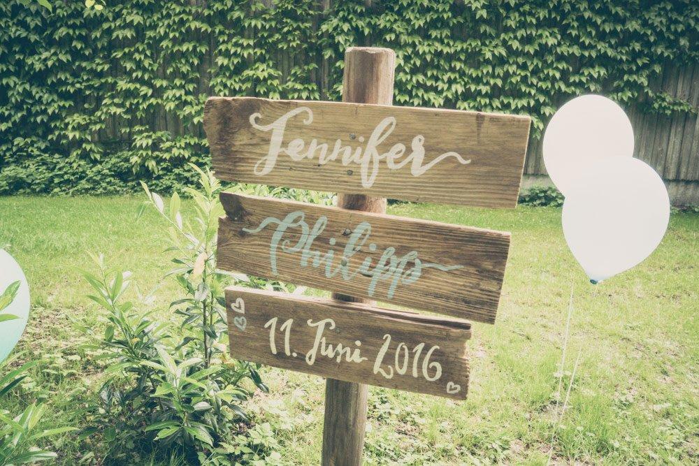 Holzschild bei der Hochzeit – Vintage in Pastelltönen: Die Hochzeit von Jennifer und Philipp
