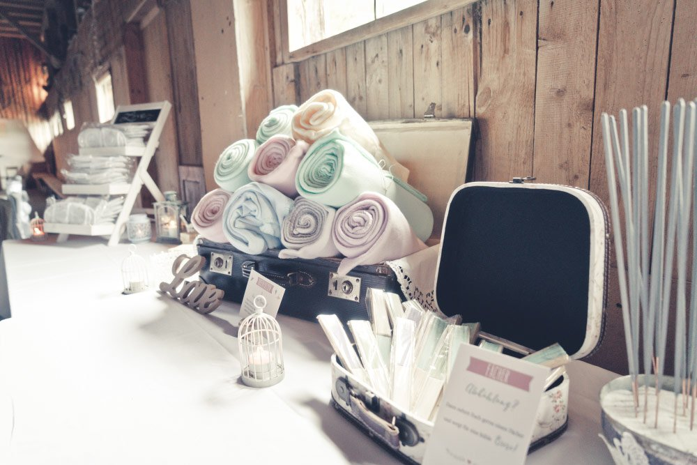 Decken für Gäste der Hochzeit – Vintage in Pastelltönen: Die Hochzeit von Jennifer & Philipp