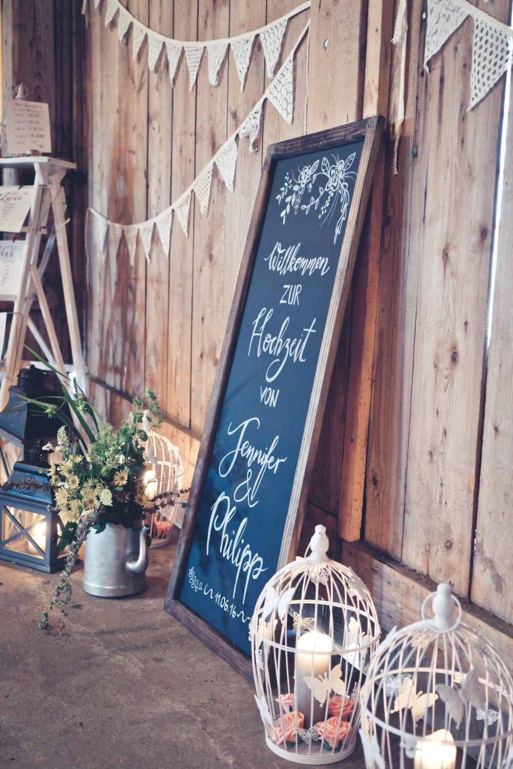 Bemalte Tafel bei der Hochzeit – Vintage in Pastelltönen: Die Hochzeit von Jennifer & Philipp