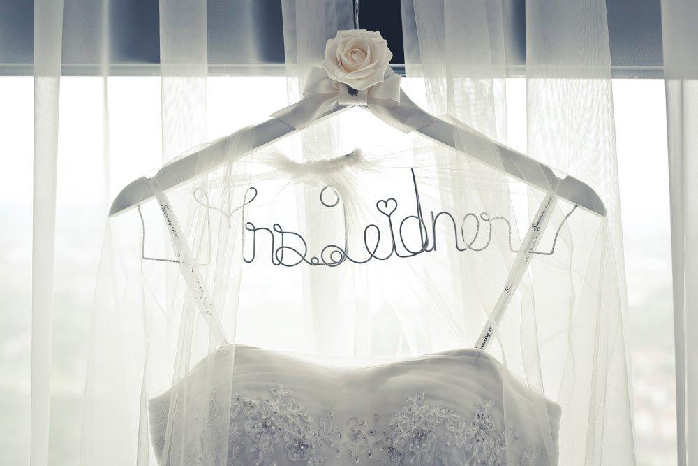 Kleiderbügel mit Draht – Vintage in Pastelltönen: Die Hochzeit von Jennifer & Philipp
