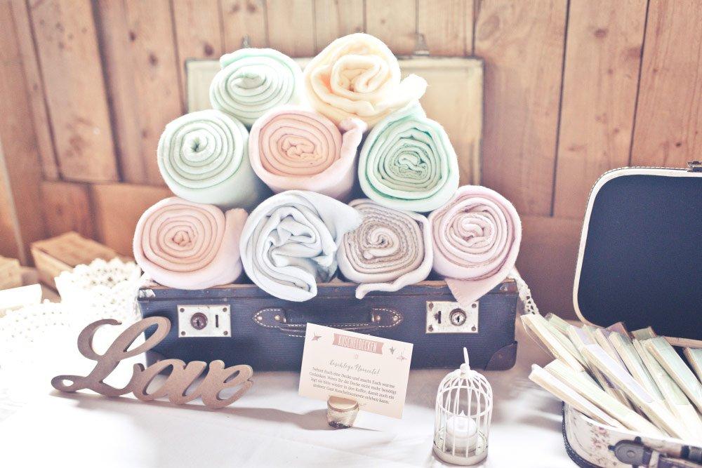 Decken für kuschelige Momente - Vintage in Pastelltönen: Die Hochzeit von Jennifer und Philipp