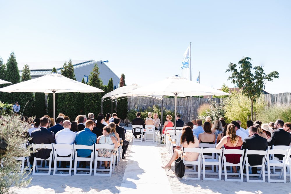 Urban Beach: Eine Hochzeit mit Strand-Flair und BBQ-Grillbuffet: Eine Trauung mit Sand unter den Füßen