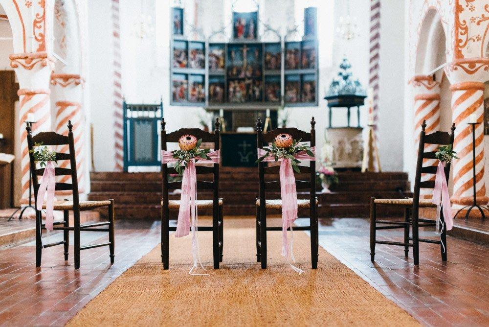 Dekorierte Brautpaar Stühle in der Kirche