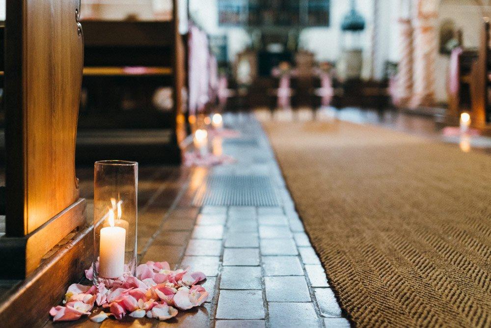 Dekoration für die Kirche mit Kerze und Rosenblätter