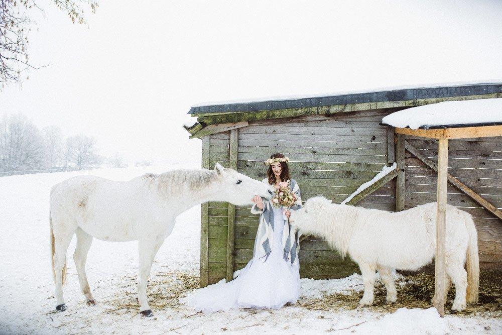 Ein-Brautfotoshooting-im-Schnee-mit-Pferden-11