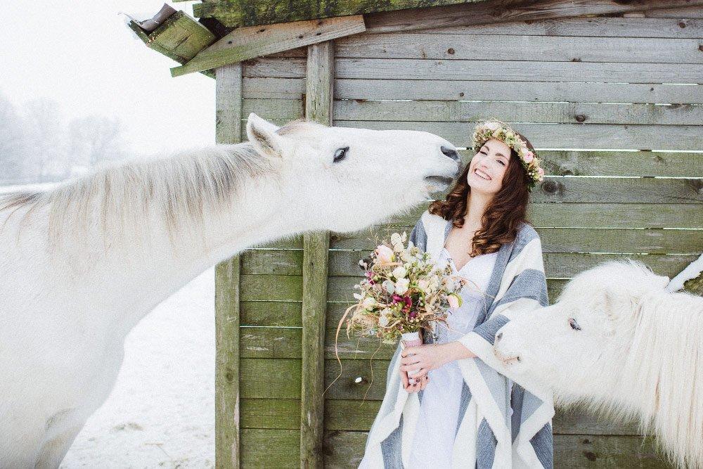 Ein-Brautfotoshooting-im-Schnee-mit-Pferden-12