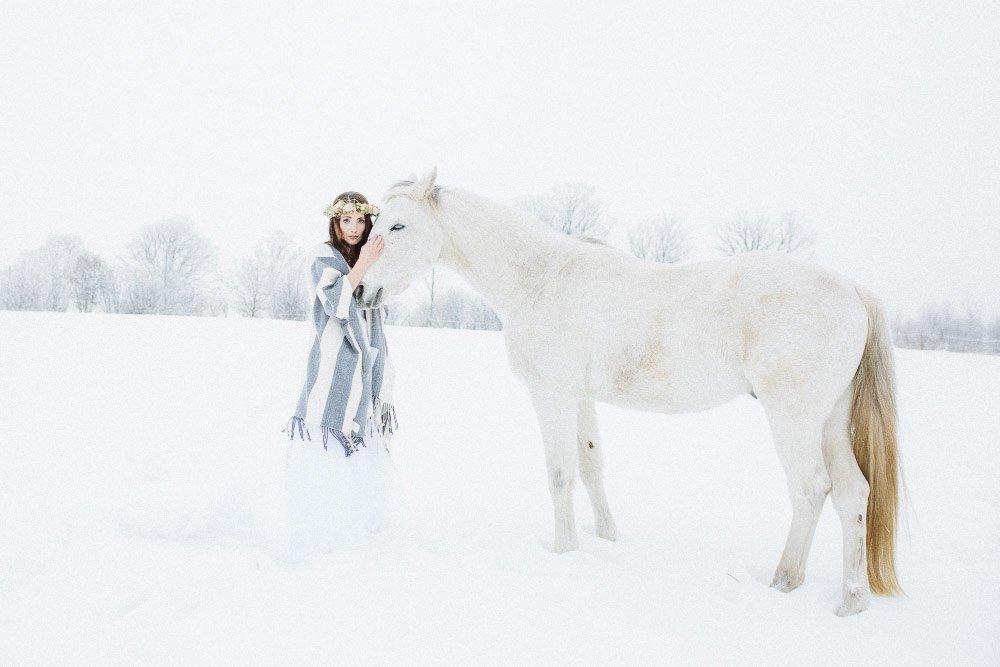 Ein-Brautfotoshooting-im-Schnee-mit-Pferden-21