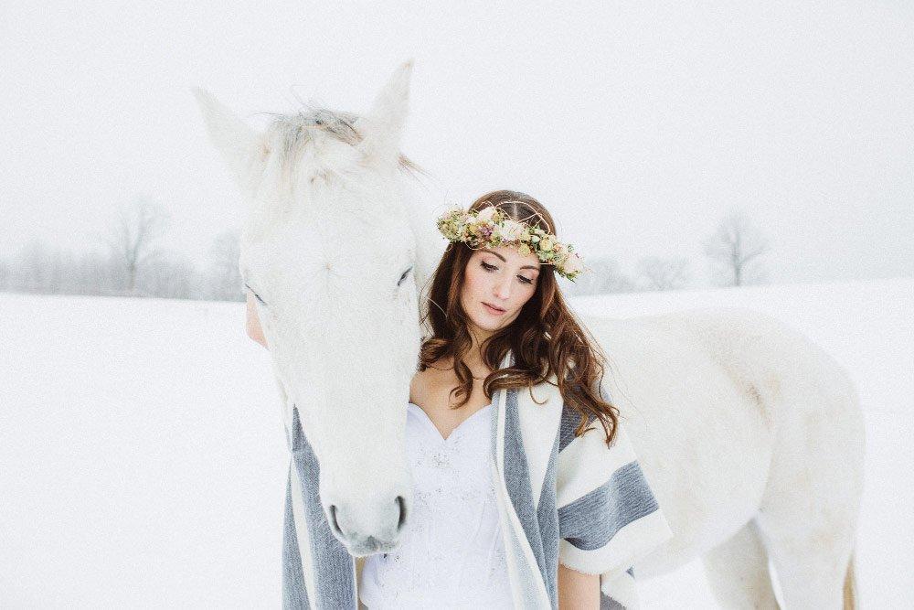 Ein-Brautfotoshooting-im-Schnee-mit-Pferden-26