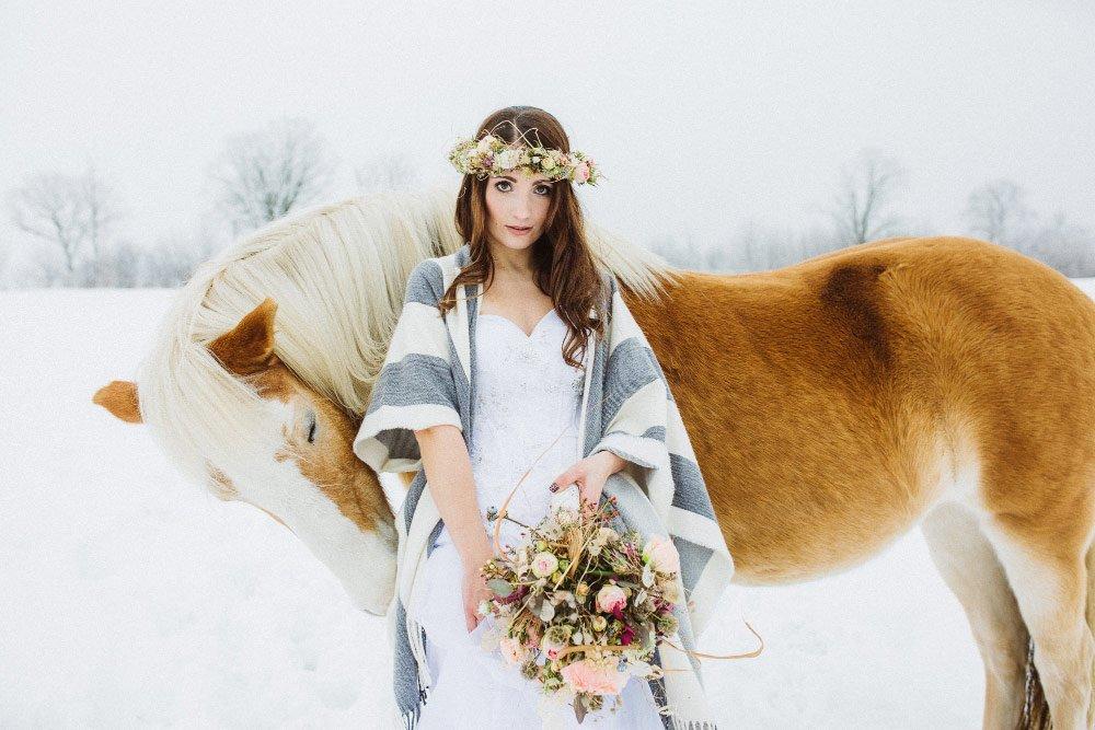 Ein-Brautfotoshooting-im-Schnee-mit-Pferden-28