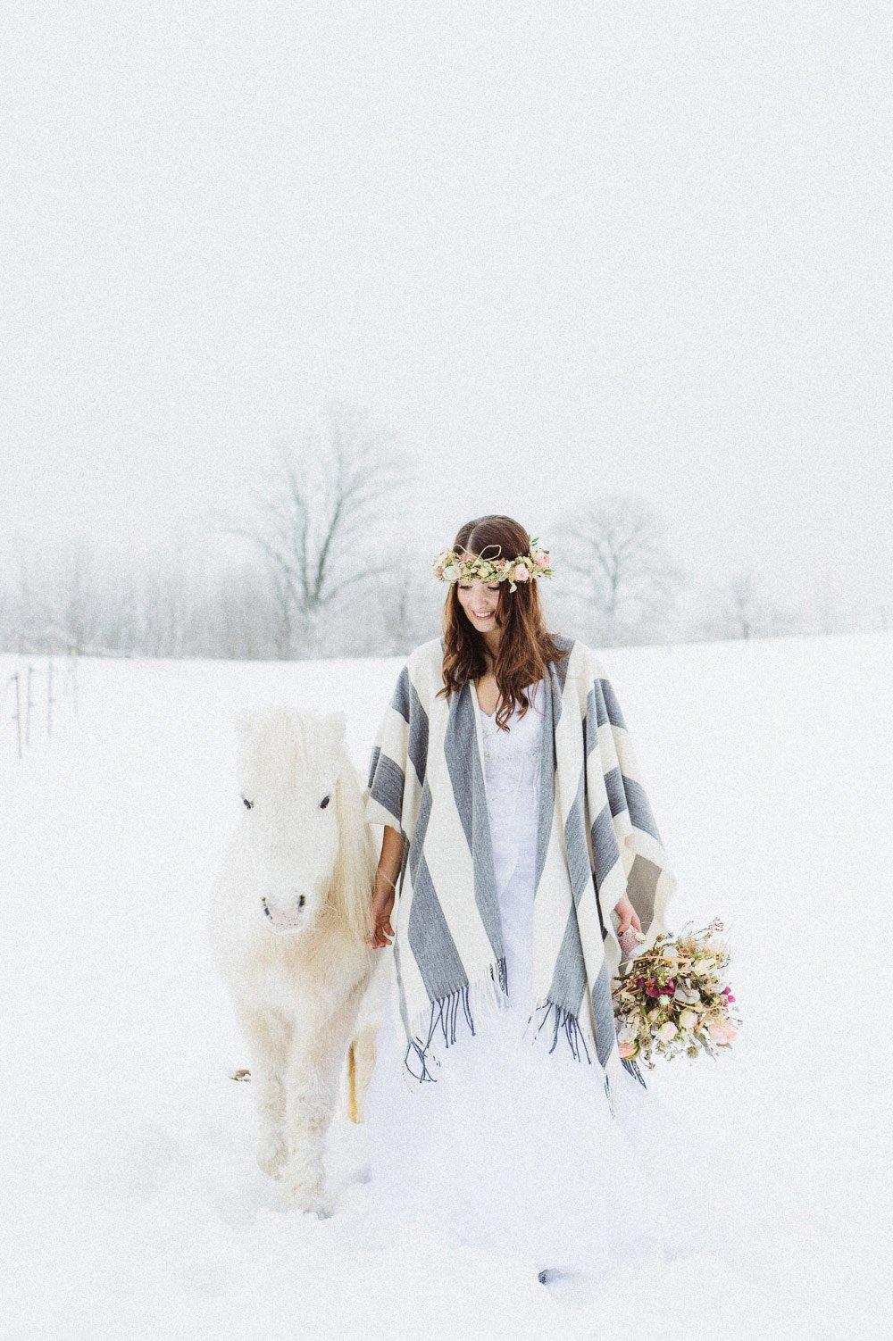 Ein-Brautfotoshooting-im-Schnee-mit-Pferden-34