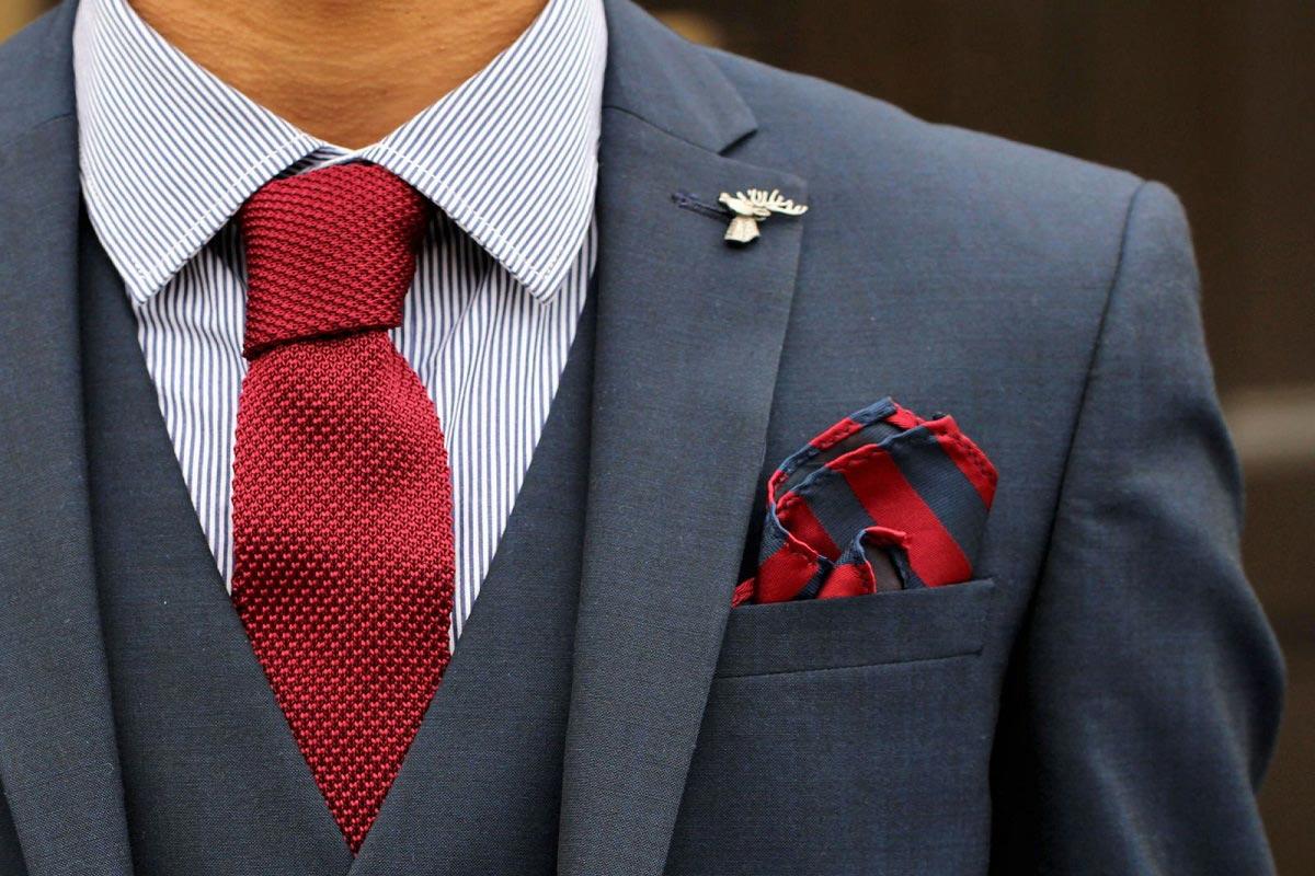 Herrenschmuck für den Bräutigam am Tag der Hochzeit