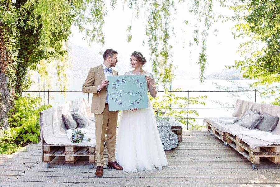 Hochzeit am Walensee in der Schweiz mit Alpen-Panorama: Mit Just Married Holzschild