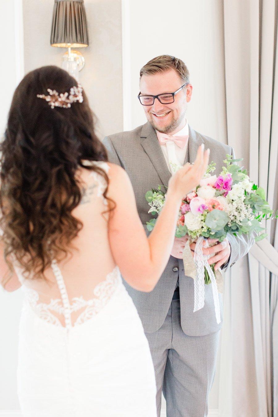 First Look Moment zwischen Bräutigam und Braut