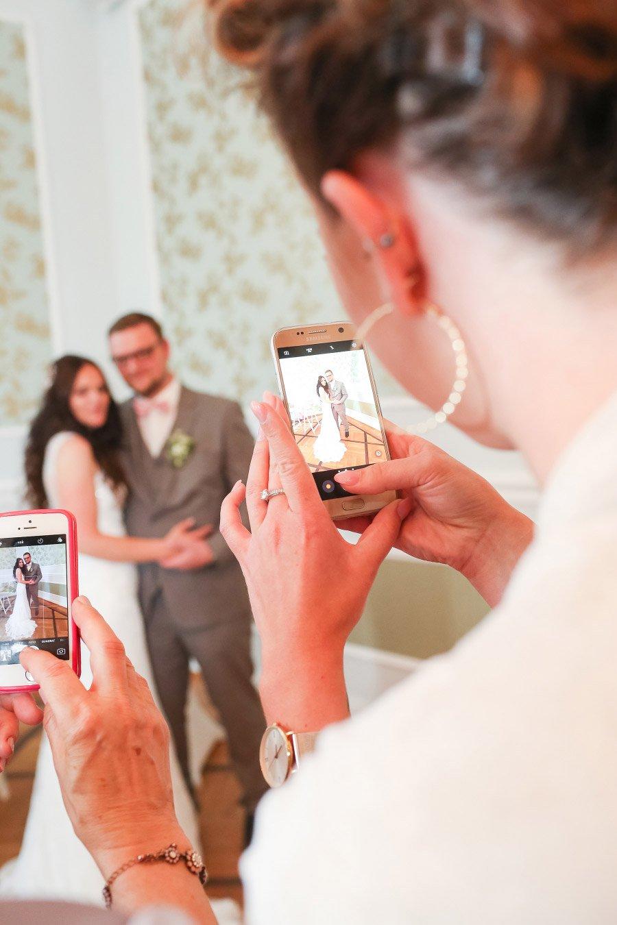Fotos mit Smartphone vom Brautpaar