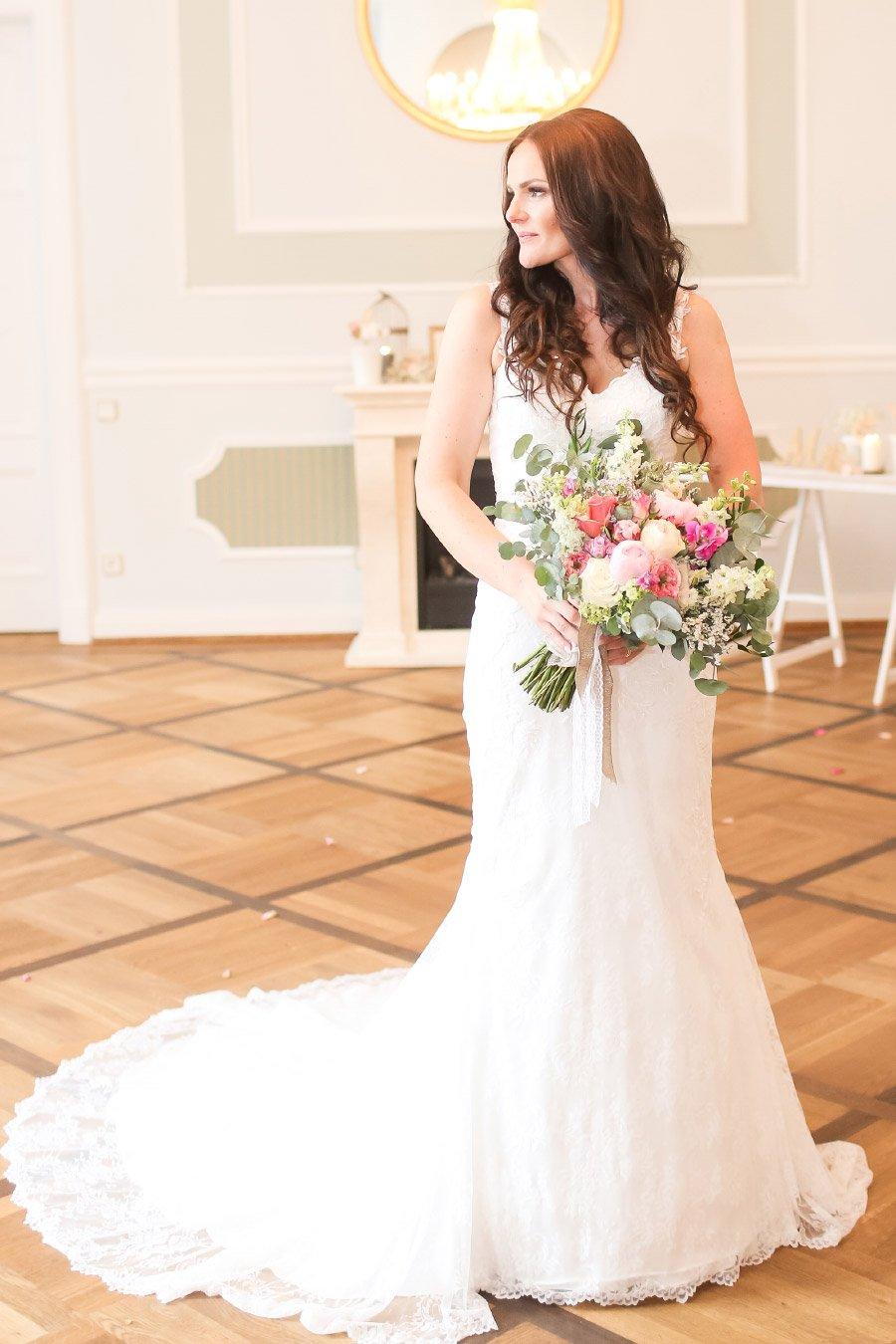 Brautstrauß mit Brautstrauß in der Hand