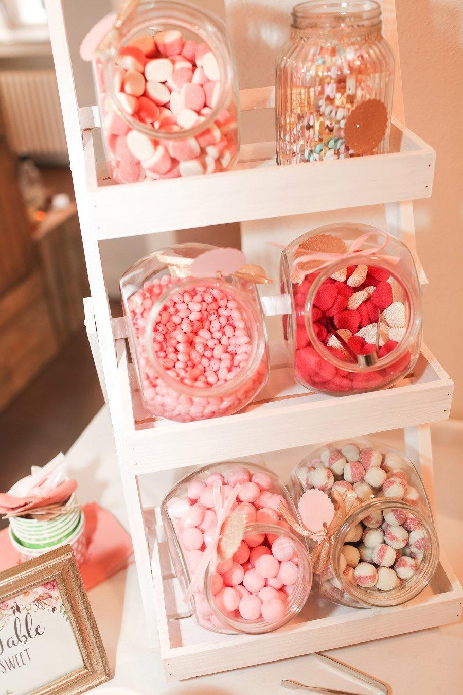 Aufsteller mit Süßigkeiten bei der Candybar