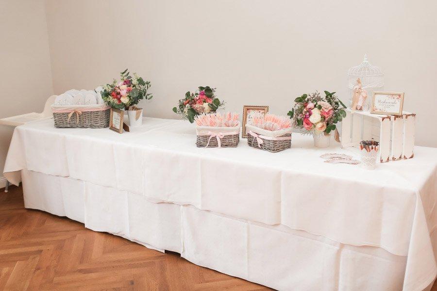 Tisch mit Hochzeitsaccessoires