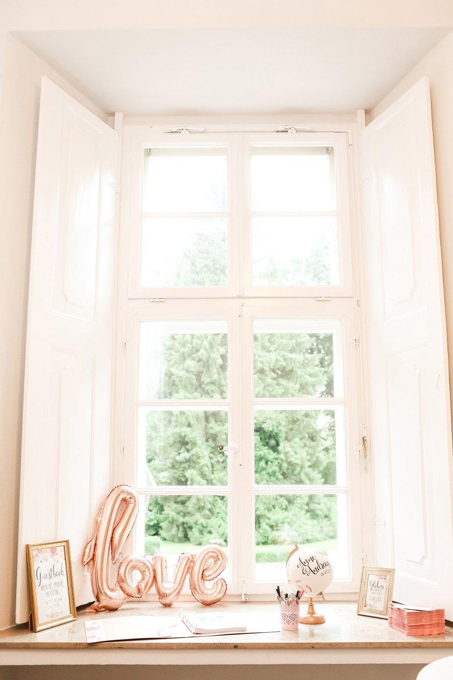 Dekoration eines Fensters bei der Hochzeit