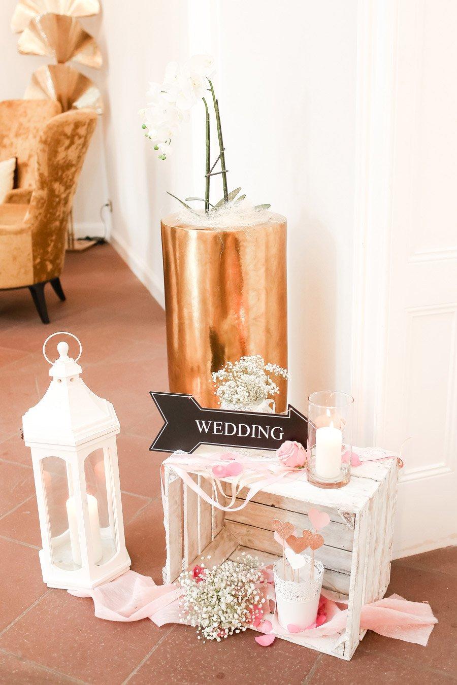 Dekoration mit Lampe und Holzkiste bei der Hochzeit