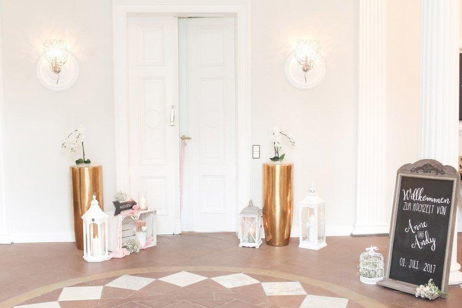 Dekoration einer Tür bei der Hochzeit