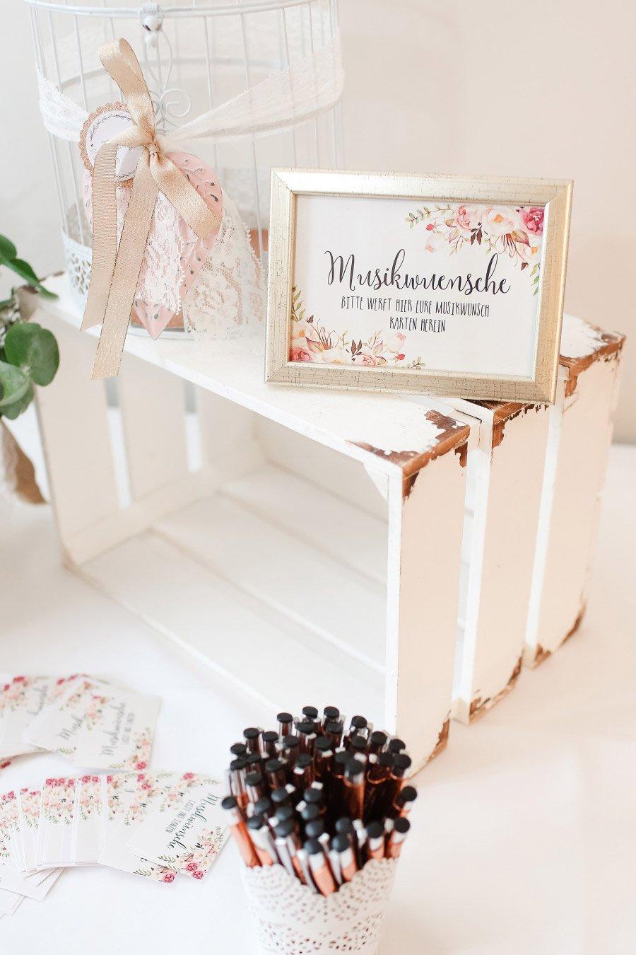 Holzbox mit Schild als Dekoration bei der Hochzeit