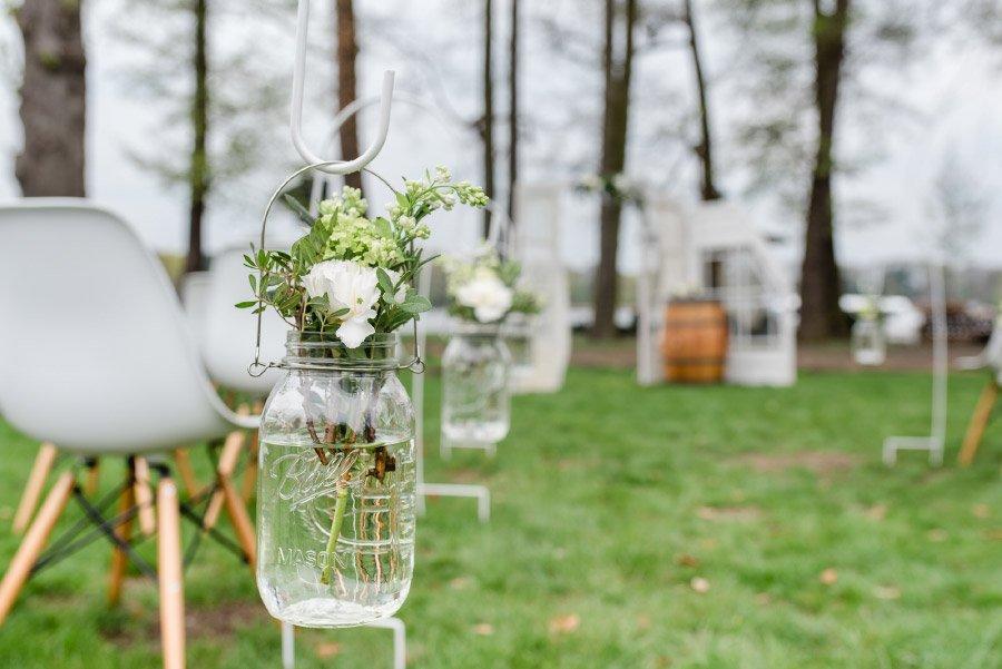 Blumen zur Dekoration der Trauung unter freiem Himmel im Einmachglas