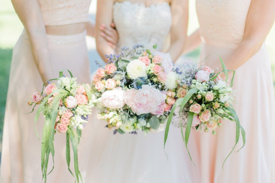 Braut und Brautjungfern mit Blumenstrauß