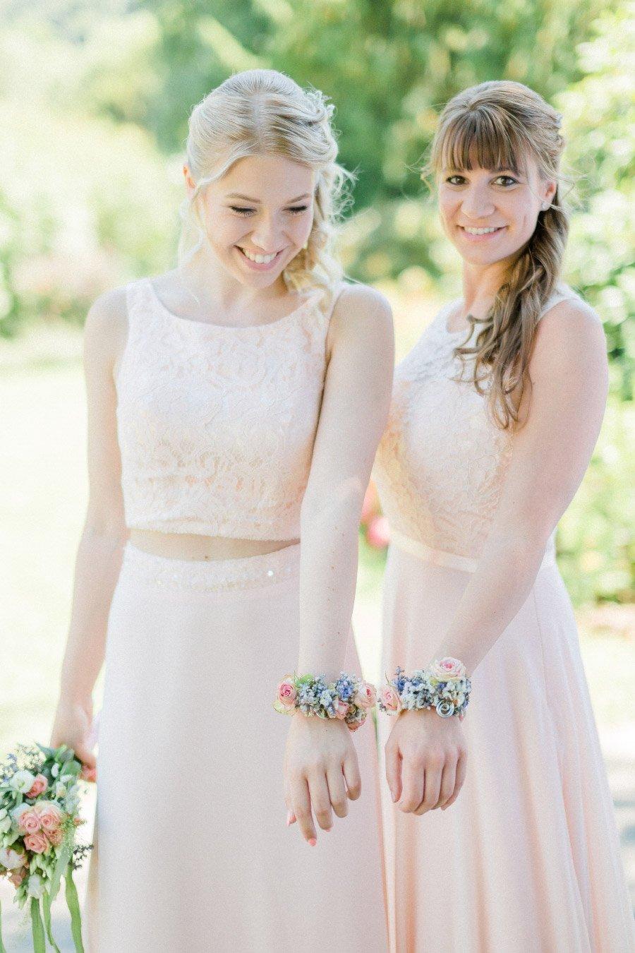 Brautjungfern mit Blumenarmband