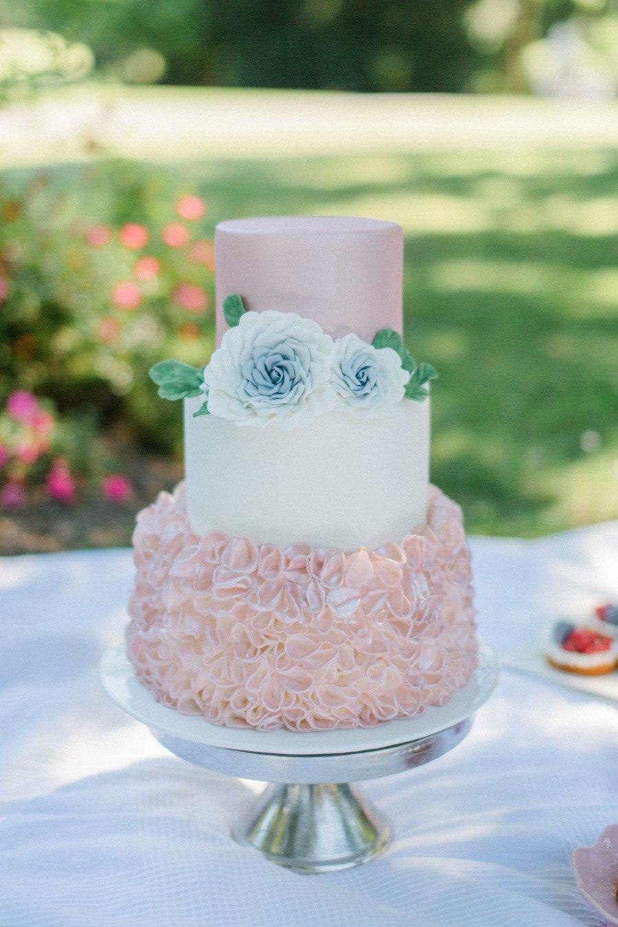 Hochzeitstorte in rosé und weiß