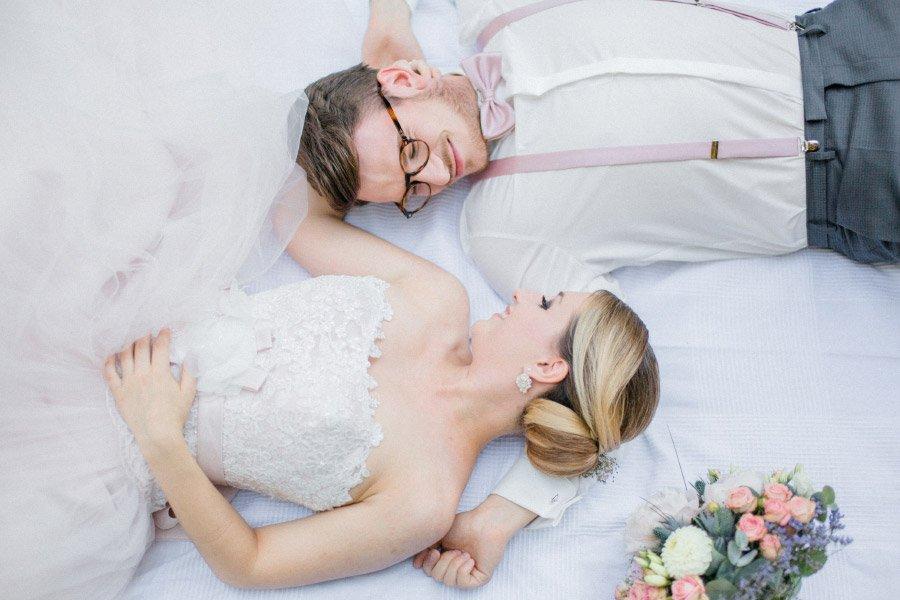 Braut und Bräutigam liegen nebeneinander
