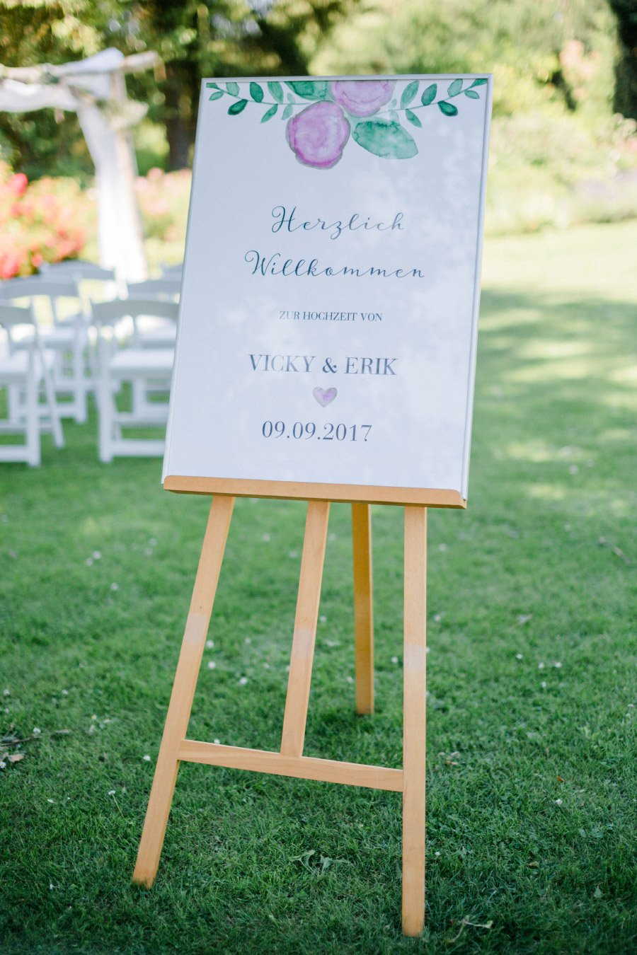 Willkommensschild bei der Hochzeit auf einer Staffelei