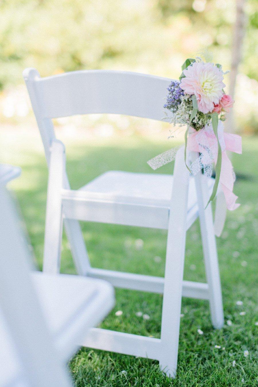 Mit Blumen dekorierte Stühle