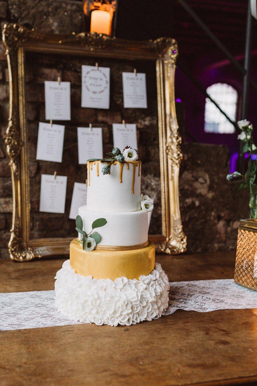 Wintermaerchen-Eine-Hochzeit-in-Gold-Gruen-und-Marone-20
