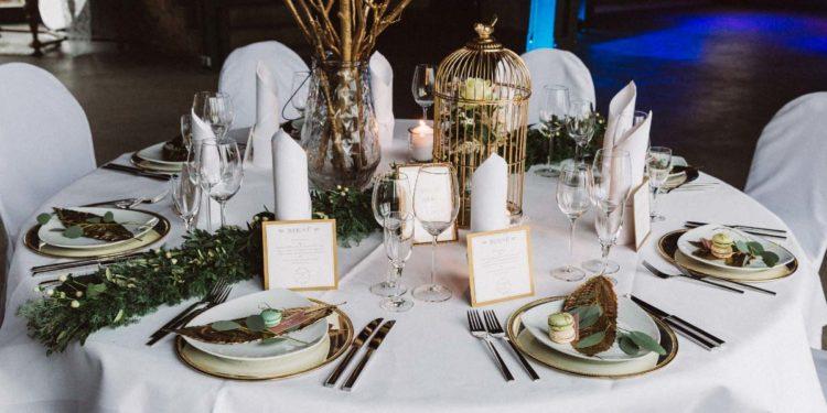 Wintermärchen: Eine Hochzeit in Gold, Grün und Marone