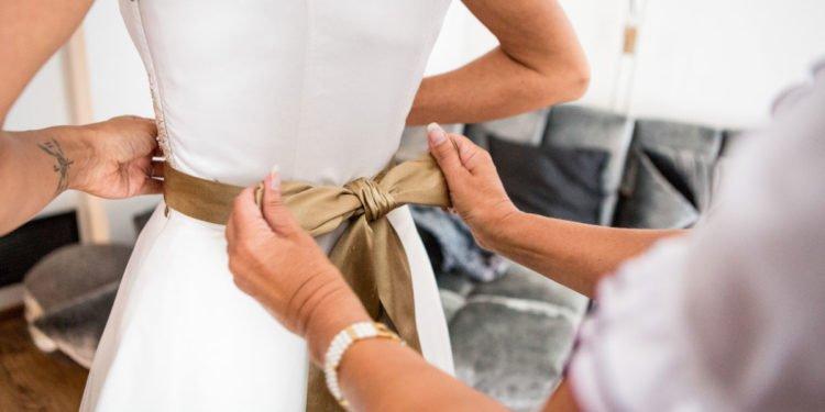 Günstige Brautgürtel passend zum Brautkleid bei der Hochzeit